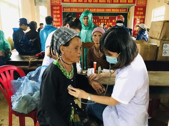 Hàng trăm thanh niên tình nguyện giúp người dân khắc phục hậu quả mưa lũ ảnh 4