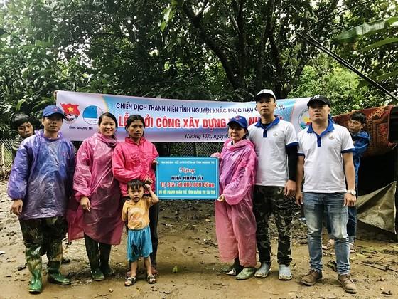 Hàng trăm thanh niên tình nguyện giúp người dân khắc phục hậu quả mưa lũ ảnh 5