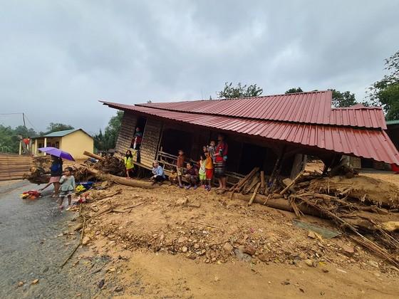 Hàng trăm thanh niên tình nguyện giúp người dân khắc phục hậu quả mưa lũ ảnh 1