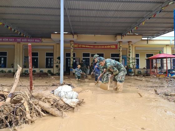 Hàng trăm thanh niên tình nguyện giúp người dân khắc phục hậu quả mưa lũ ảnh 2