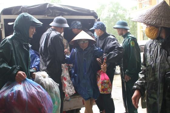 Di dời dân, chằng chống nhà cửa trước cơn bão số 13  ảnh 2