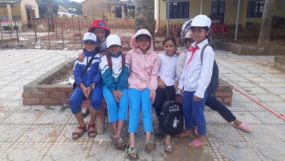 Sau một tháng trường ngập sâu trong bùn đất, học sinh xã Hướng Việt đi học trở lại ảnh 1