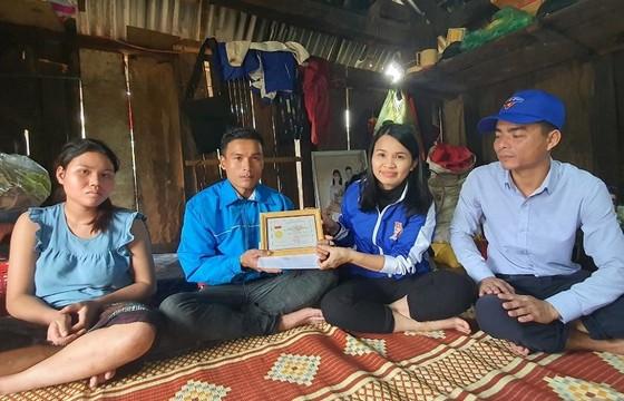 Trao tặng huy hiệu Tuổi trẻ dũng cảm cho thanh niên cứu 3 người trong nước lũ ảnh 1