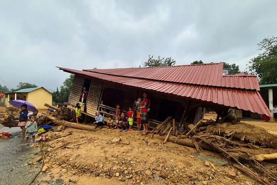 Sau một tháng trường ngập sâu trong bùn đất, học sinh xã Hướng Việt đi học trở lại ảnh 2