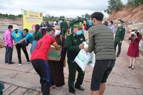 Quảng Trị: Tặng quà cho người dân hai bên biên giới Việt Nam - Lào bị ảnh hưởng bởi bão lũ  ảnh 9