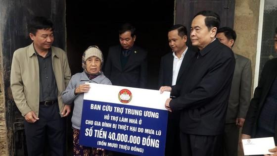 Chủ tịch Uỷ ban Trung ương MTTQ Việt Nam thăm, tặng quà người dân thiệt hại do bão lũ tại Quảng Trị ảnh 1