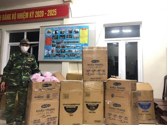 Quảng Trị: Liên tiếp phát hiện 2 vụ vận chuyển trái phép khẩu trang y tế ở khu vực biên giới ảnh 1