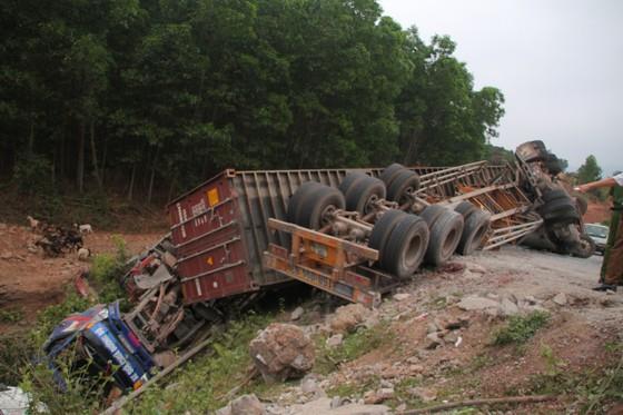 Xe đầu kéo mất lái gây tai nạn liên hoàn khiến nhiều người bị thương  ảnh 2