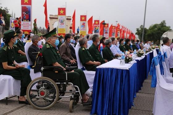 Trang trọng lễ thượng cờ thống nhất non sông ở đôi bờ Hiền Lương - Bến Hải  ảnh 1