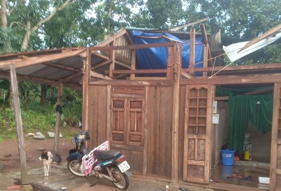 Dông lốc làm tốc mái hàng chục nhà dân ở Quảng Trị ảnh 1