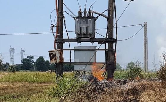Đốt rơm rạ làm cháy trạm biến áp, hàng trăm hộ dân mất điện ảnh 1