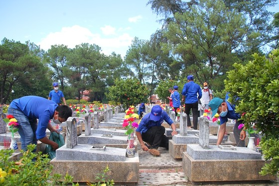 Quảng Trị: Hơn 54.000 ngọn nến tri ân thắp sáng nghĩa trang liệt sĩ  ảnh 1