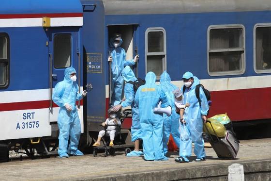 Chuyến tàu chở gần 400 người dân Quảng Trị từ TPHCM về tới quê nhà  ảnh 5