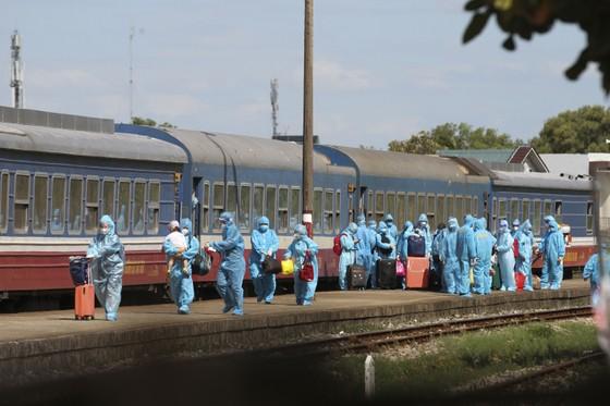 Chuyến tàu chở gần 400 người dân Quảng Trị từ TPHCM về tới quê nhà  ảnh 3