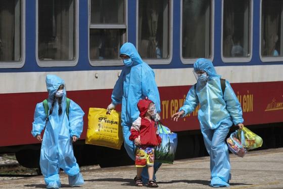 Chuyến tàu chở gần 400 người dân Quảng Trị từ TPHCM về tới quê nhà  ảnh 6