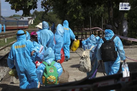 Chuyến tàu chở gần 400 người dân Quảng Trị từ TPHCM về tới quê nhà  ảnh 11