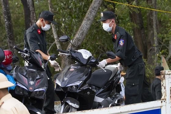 Công an Quảng Trị bảo quản hàng ngàn xe máy để lại chốt y tế ảnh 3