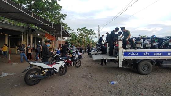 Công an Quảng Trị bảo quản hàng ngàn xe máy để lại chốt y tế ảnh 2