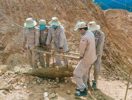Quảng Trị: Phát hiện quả bom nặng 227 kg khi thi công đường ảnh 1