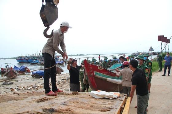 Các tỉnh miền Trung khẩn trương ứng phó bão số 5 đổ bộ  ảnh 17