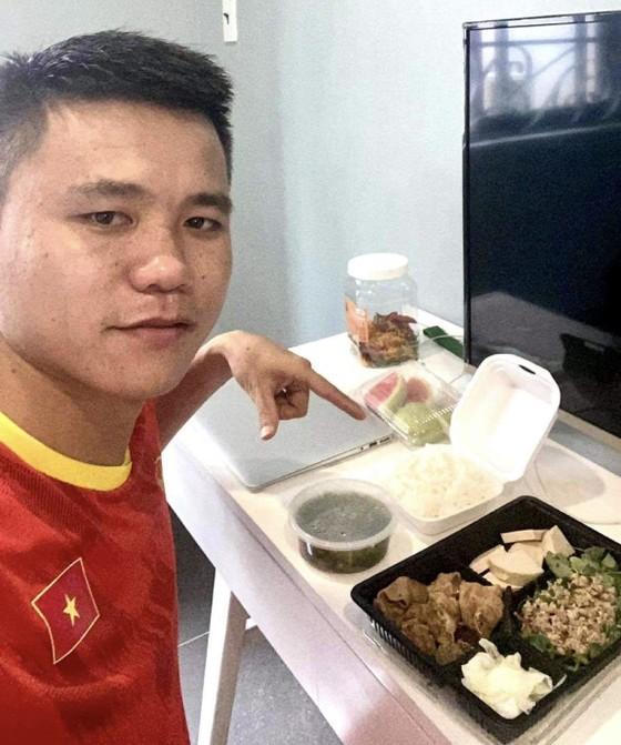 Tuyển thủ Khổng Đình Hùng hài lòng về các bữa ăn tại khu cách ly tập trung. Ảnh: NVCC