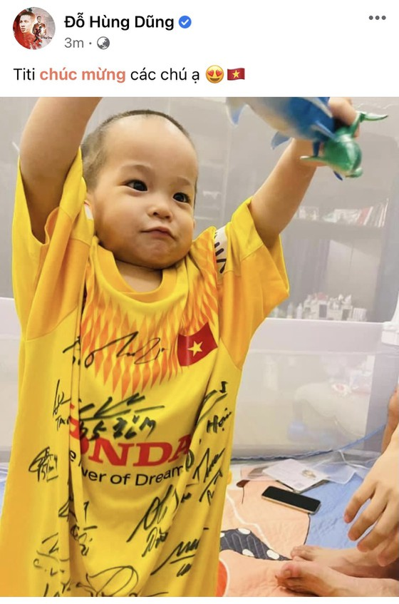 Hùng Dũng cùng con trai chúc mừng chiến thắng của tuyển Việt Nam ảnh 1