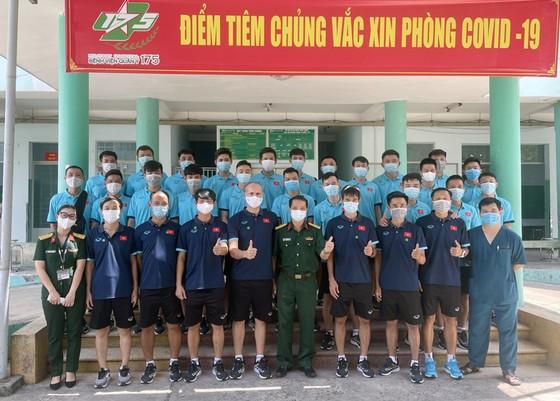 Đội tuyển futsal Việt Nam chụp ảnh lưu niệm cùng lãnh đạo bệnh viện Quân y 175. Ảnh: VFF
