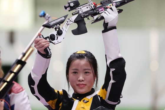 Xạ thủ Yang Qian đã trở thành VĐV đầu tiên đoạt HCV tại Olympic Tokyo 2020. Ảnh: AFP