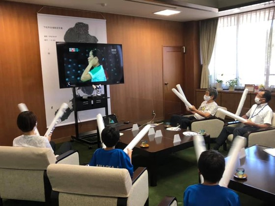Người hâm mộ cầu lông tại Kudamatsu tiếp lửa từ xa cho tay vợt Thùy Linh. Ảnh: FBNV