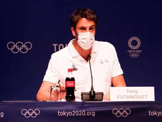 Pháp chào Olympic Paris 2024 bằng lá cờ... to như sân vận động ảnh 1