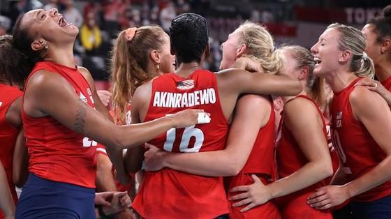 Niềm vui của đội tuyển bóng chuyền Mỹ với tấm HCV đầu tiên tại một kỳ Olympic. Ảnh: REUTERS