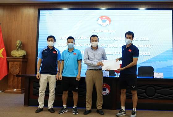 Phó Chủ tịch thường trực VFF Trần Quốc Tuấn đến gặp gỡ, động viên đội tuyển futsal Việt Nam