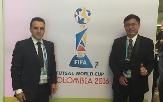 Cựu HLV trưởng đội tuyển futsal Việt Nam Bruno Garcia và Trưởng đoàn Trần Anh Tú tại World Cup 2016. Ảnh: ANH TRẦN