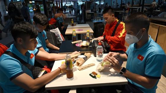 Tuyển futsal Việt Nam có mặt ở Tây Ban Nha sau hơn 1 ngày bay ảnh 1