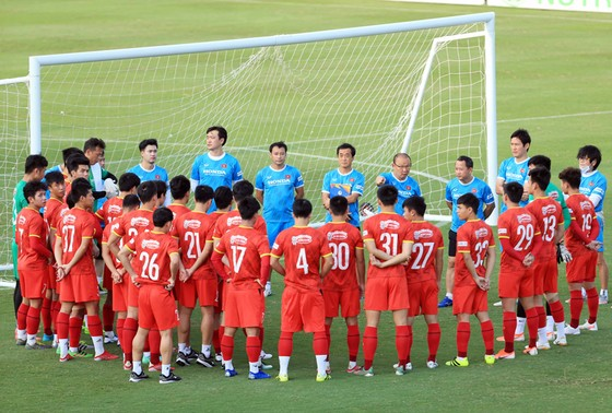 HLV Park Hang-seo mang 25 cầu thủ cho chuyến bay sang Saudi Arabia. Ảnh: NHẬT ĐOÀN