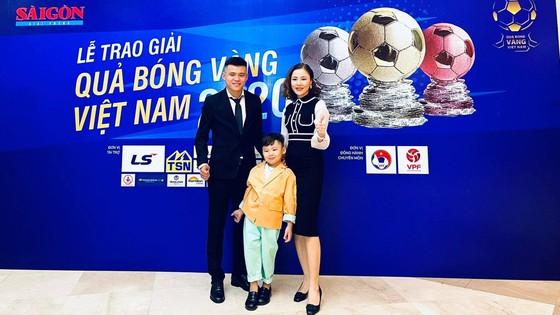 Khổng Đình Hùng và gia đình tham dự sự kiện Gala trao giải thưởng Quả bóng Vàng Việt Nam năm 2020. Ảnh: FBNV