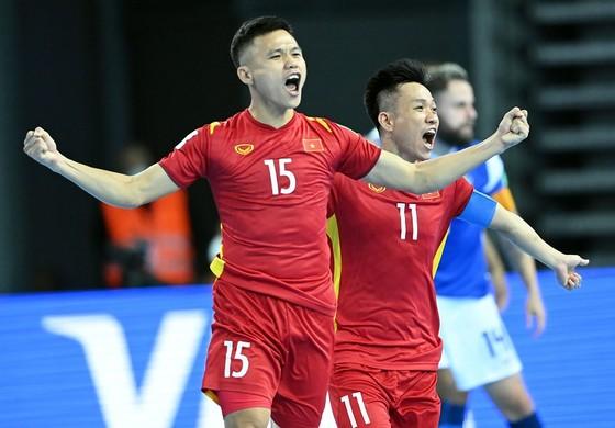 Các cầu thủ Việt Nam ăn mừng bàn thắng vào lưới Brazi. Ảnh: QUANG THẮNG