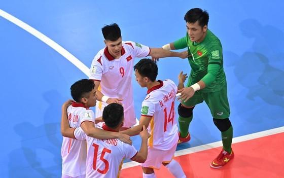 Các cầu thủ futsal Việt Nam ăn mừng bàn thắng của Văn Hiếu. Ảnh: GETTY