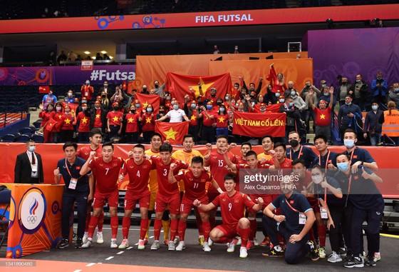 Đội tuyển futsal Việt Nam chụp hình kỷ niệm với người hâm mộ tại Lithuania. Ảnh: GETTY