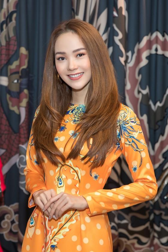 Minh Hằng chọn áo dài để tham dự lễ trao giải E-Daily tại Hàn Quốc ảnh 1