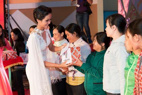 Hoa hậu H'Hen Niê khoe dáng trong váy trắng đầy quyến rũ ảnh 2