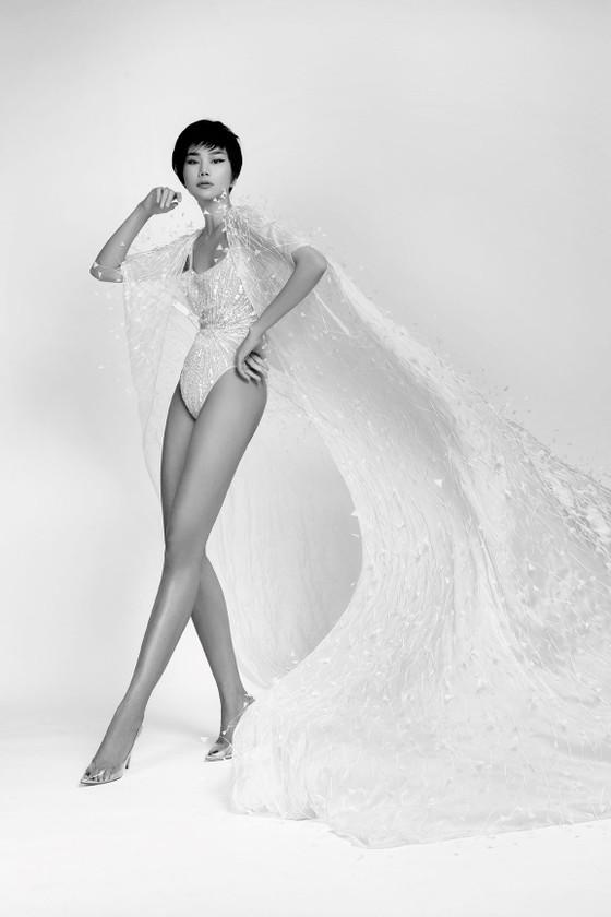 Thanh Hằng khoe trọn đôi chân 1m2 trong BST sẽ trình diễn tại New York Fashion Week của Công Trí ảnh 5