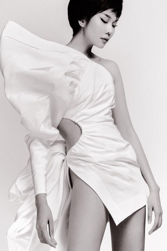 Thanh Hằng khoe trọn đôi chân 1m2 trong BST sẽ trình diễn tại New York Fashion Week của Công Trí ảnh 3