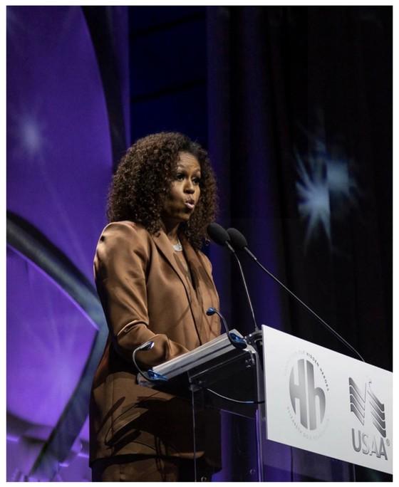 Cựu đệ nhất Phu nhân Mỹ Michelle Obama mặc trang phục thiết kế của Công Trí ảnh 1
