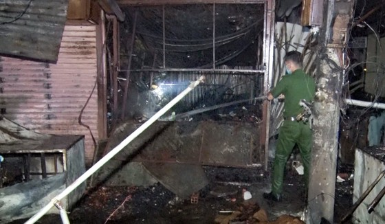 Hậu Giang: Hàng chục ki ốt, sạp quần áo ở chợ thị xã Long Mỹ bị cháy rụi rụi ảnh 2