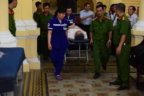 Xét xử VN Pharma ngày thứ hai: Bị cáo Phạm Văn Thông phải đi cấp cứu ảnh 2