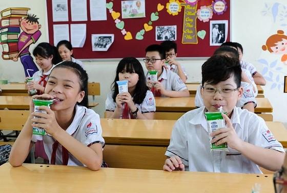 Từ ngày mai, 1-11, hơn 300.000 học sinh TPHCM bắt đầu uống sữa học đường ảnh 2