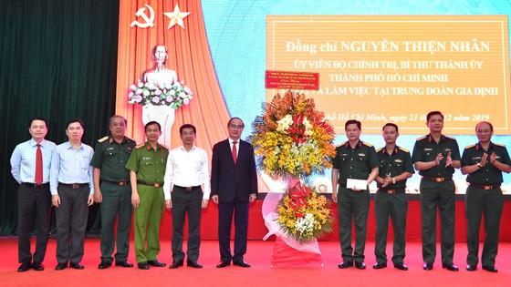 Bí thư Thành ủy Nguyễn Thiện Nhân thăm, làm việc với Trung đoàn Gia Định ảnh 1
