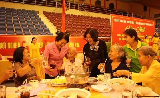 Lãnh đạo quận 1 dùng bữa cơm ngày cuối năm cùng người dân khó khăn ảnh 1