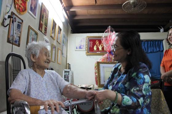 Đồng chí Nguyễn Thị Lệ thăm các cụ cao tuổi ở huyện Nhà Bè, quận 7 ảnh 3